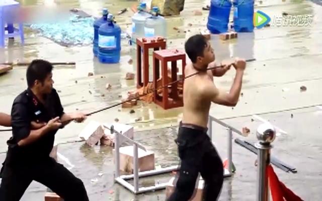 """越南特警体能训练变身""""钢筋铁骨"""""""
