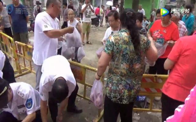 男子买滞销洋葱免费发放被围观市民哄抢