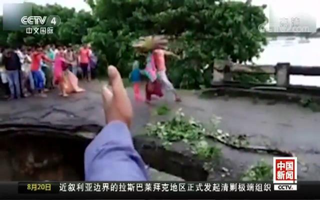 印度洪灾村民奔逃 桥面断裂瞬间落水