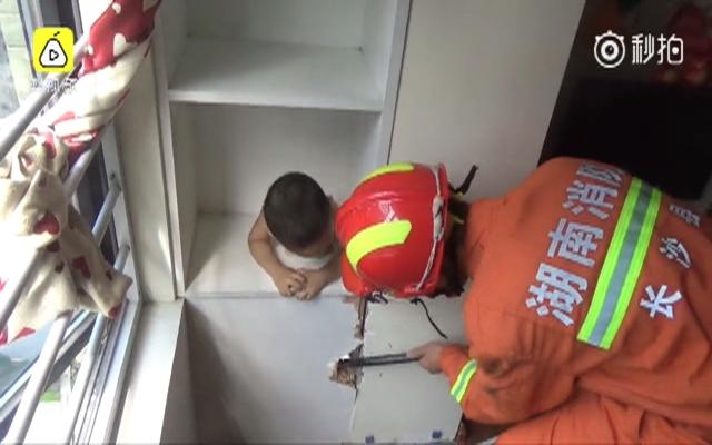 男童身卡衣柜孔 获救瞬间破涕为笑
