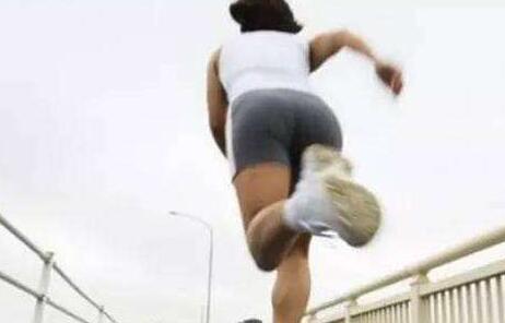健身女子公园遭抢长跑追贼